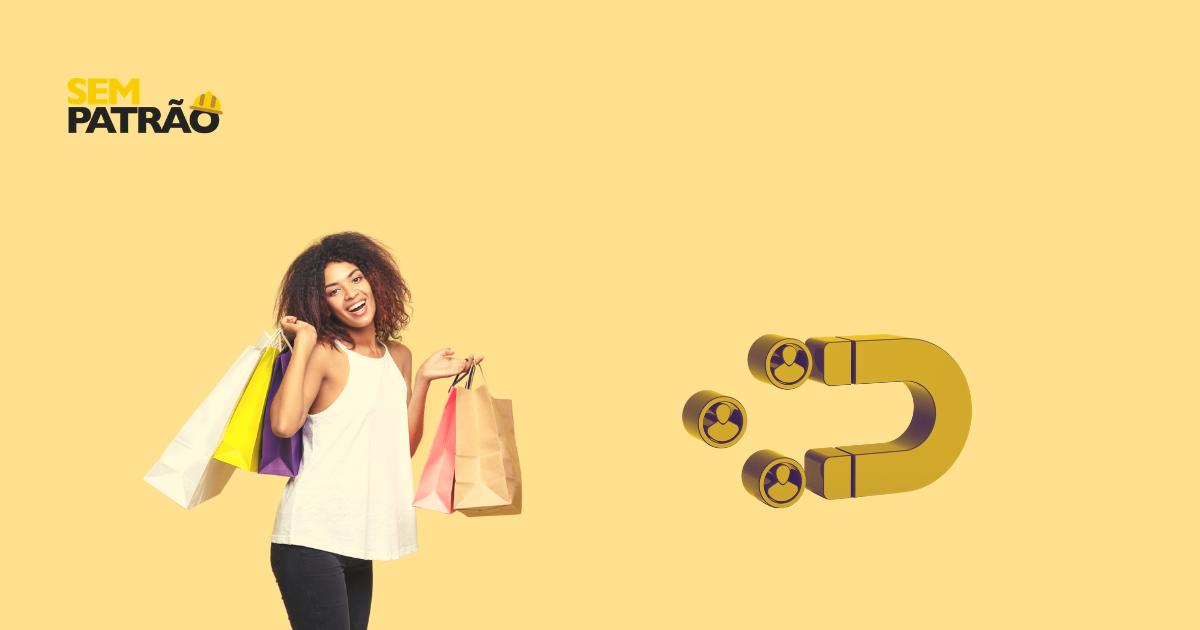 cliente sorrindo segurando sacolas de compras indicando a importância de prospectar novos clientes