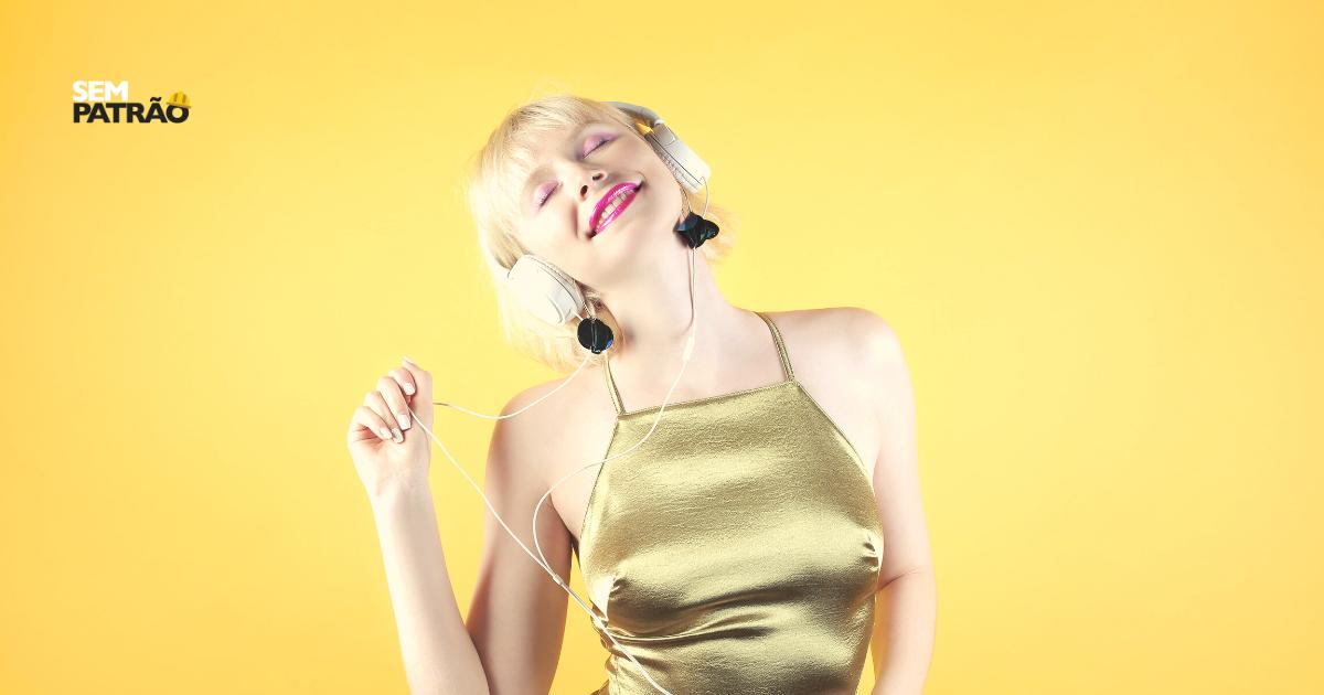 Mulher ouvindo música e dançando. Exemplificando os benefícios da música para a saúde